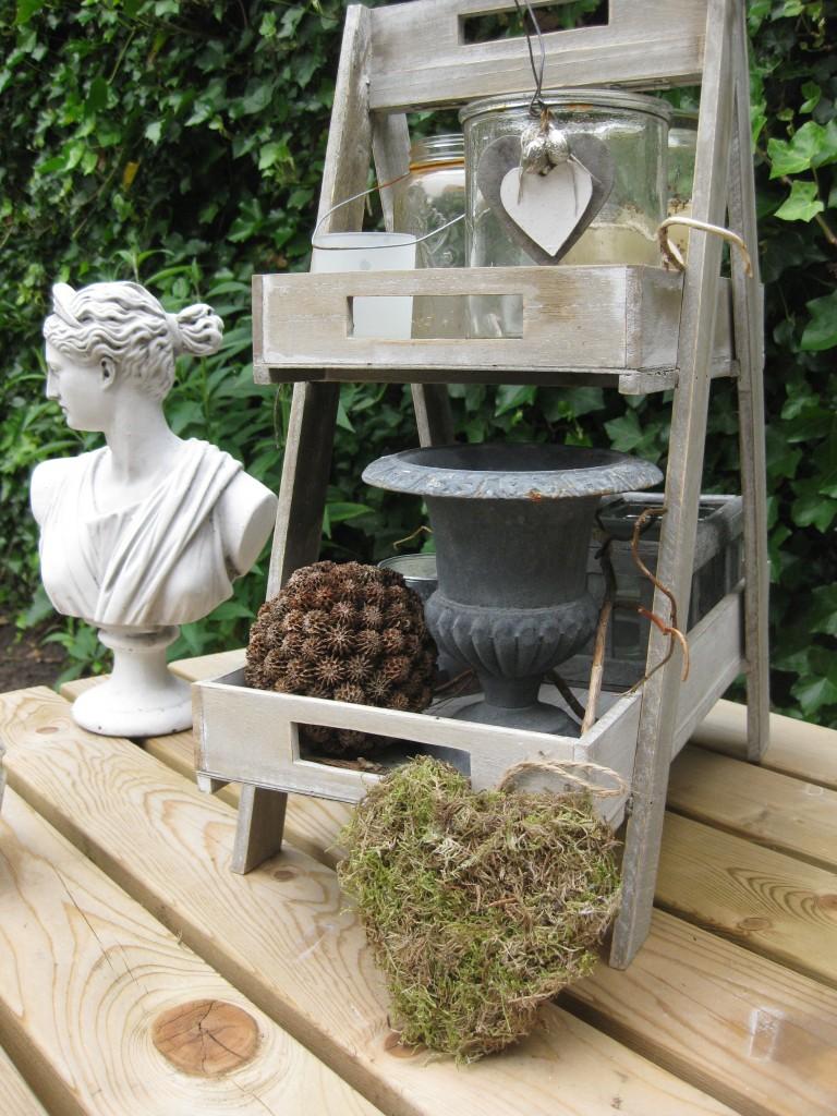 Letters van mos als tuindecoratie