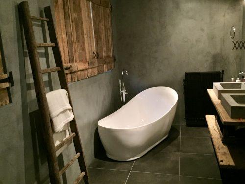 Betonstuc badkamer sober landelijk