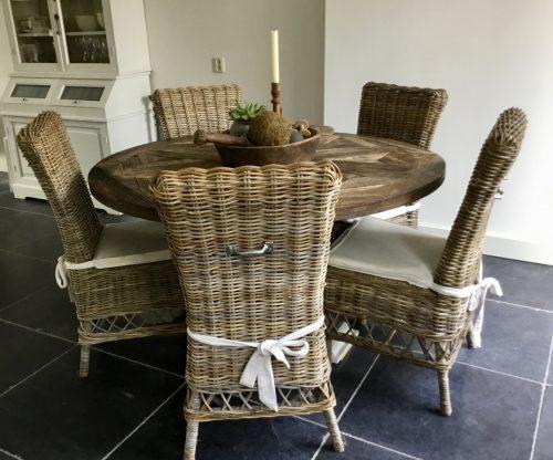 Ronde eettafel met rieten stoelen