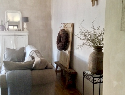 Stylen: ideeën voor een lange muur in een landelijke woonkamer
