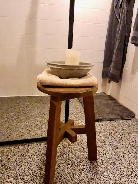 Houten kruk schaal handdoek landelijke badkamer