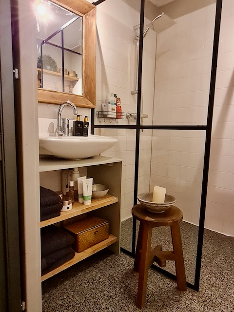 Zwart stalen deur badkamer krukje waskom landelijk