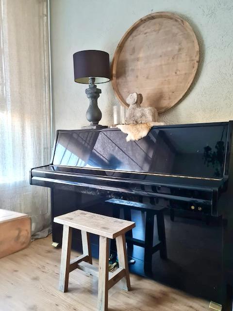 Zwarte piano stenen ram balusterlamp rond houten dienblad kruk