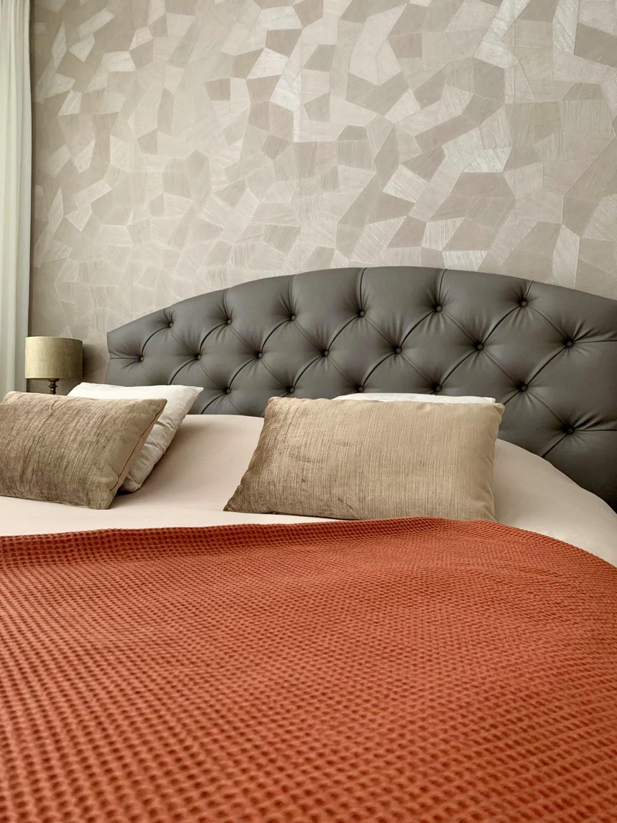 Landelijk bed met hoofdbord oranje sprei