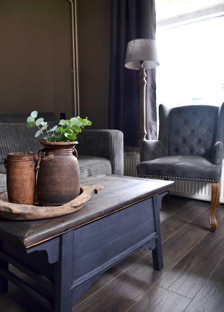 Landelijke salontafel grijze wingchair eetkamerstoel ribcord bank landelijk