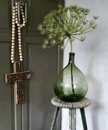 Glazen fles met berenklauw houten kruis woonketting