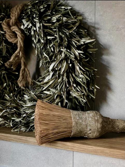 Krans van olijfblad grote kwast landelijke badkamer