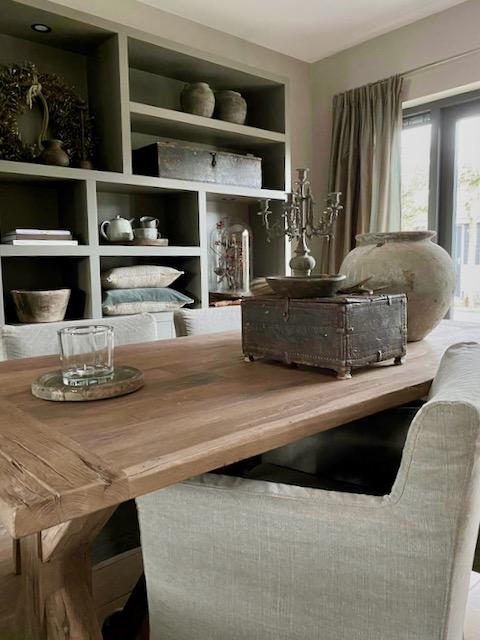 Vakkenkast open landelijke stijl linnen eetkamerstoel kruik kandelaar brocante kistje