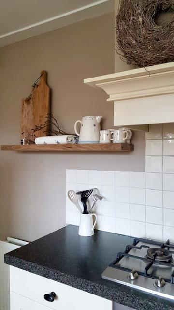 Zwevende plank landelijke keuken schouw takken krans