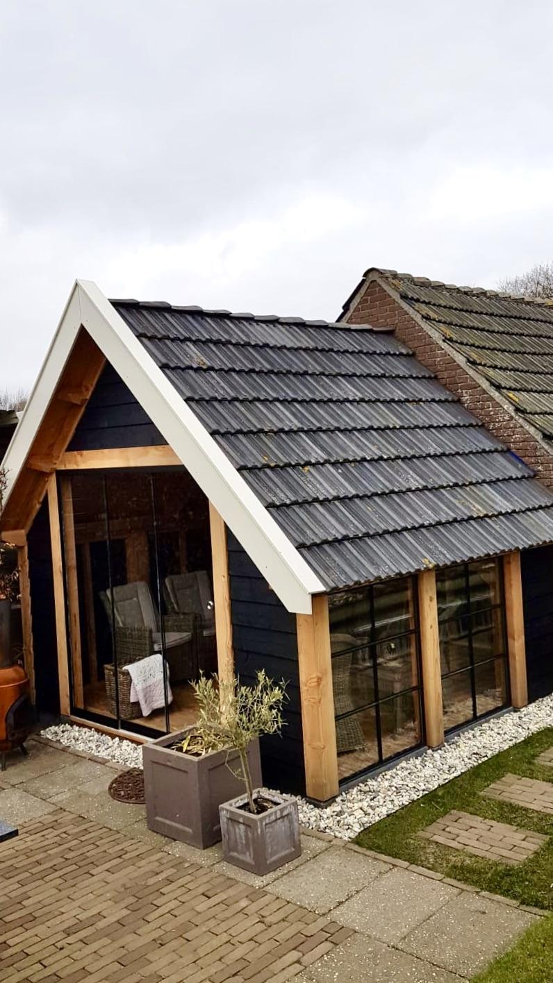Tuinschuur zwarte potdeksel veranda