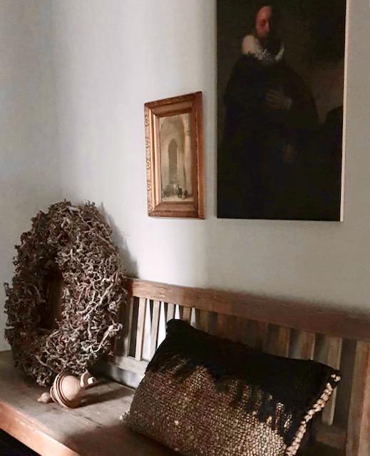 Houten bank overloop krans canvas Marten van Rembrandt naast schilderijtje in barok lijst