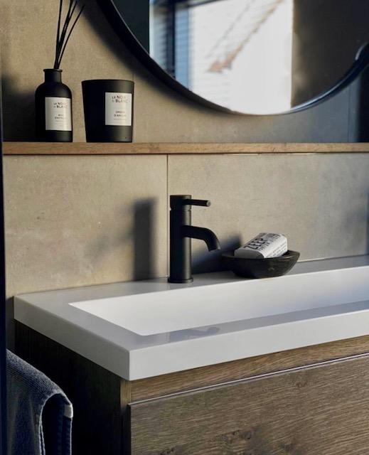 Badkamer landelijke stijl zwarte kraan