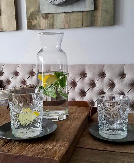 Water met munt en citroen gecapitonneerde eetkamerbank landelijk
