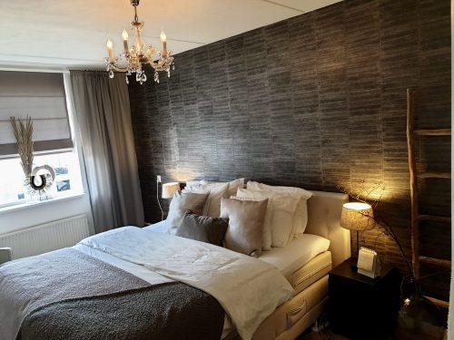Slaapkamer hotel chique behang kroonluchter