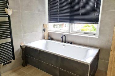 Landelijke badkamer zwarte luxaflex