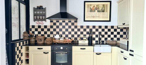 Landelijke keuken zwart wit tegels